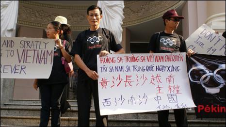Ông Nguyễn Văn Hải (tức blogger Điếu Cày) (đứng giữa) trong một cuộc biểu tình về Hoàng Sa - Trường Sa.